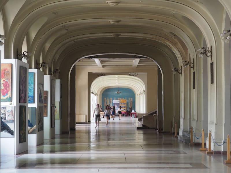 Auch die Hauptuni ist den kurzen Blick nach innen wert, und bietet eine schöne, frei zugängliche Kunstgalerie mit interessanten Werken.