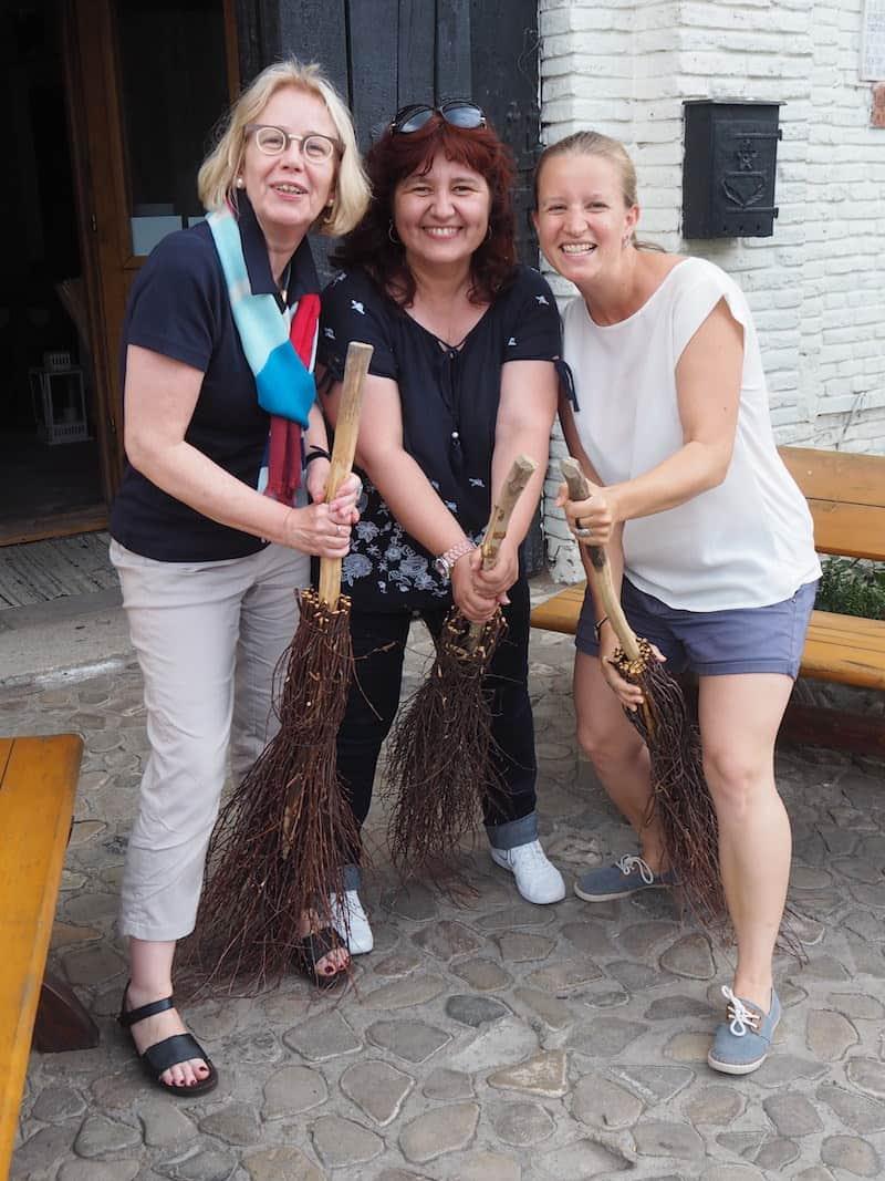 Wenig später schon geht es auf nach Bukowina: Meine Kolleginnen Karin & Lacra versuchen es auf dem Besen, für deren Qualität die Region unter anderem bekannt ist.