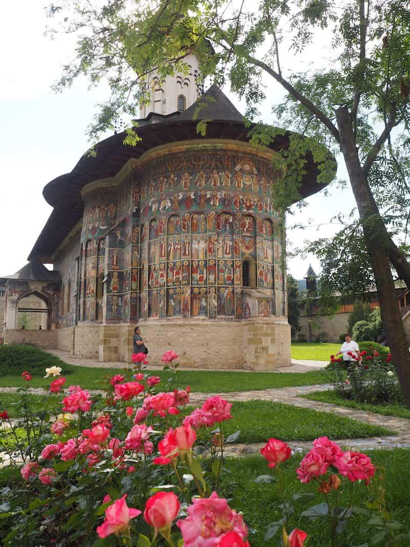 ... ist es jedes Mal ein ehrfürchtiges Erlebnis, wie der Besuch der Kirche von Sucevita hier zeigt.