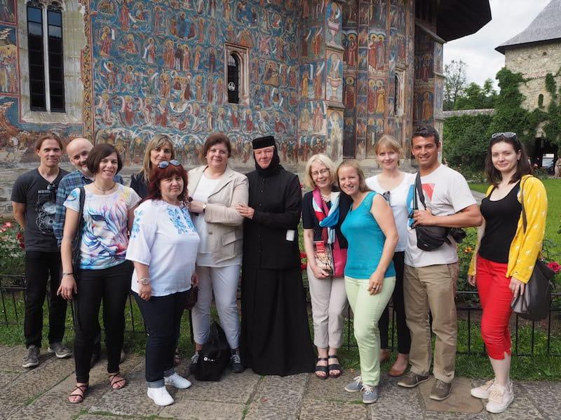 """Meine liebe EUROPETOUR Kulturtourismus-Gruppe ermöglicht mir diese Art von Begegnung: Mit Nonnen Tatjana im Kloster Moldovita im wahrsten Sinne des Wortes über """"Gott und die Welt"""" philosophieren - Unbezahlbar."""