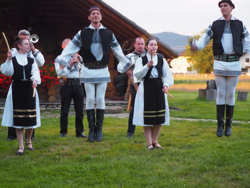 ... kann zu rumänischen Tanz- und Folklore-Darbietungen abheben!