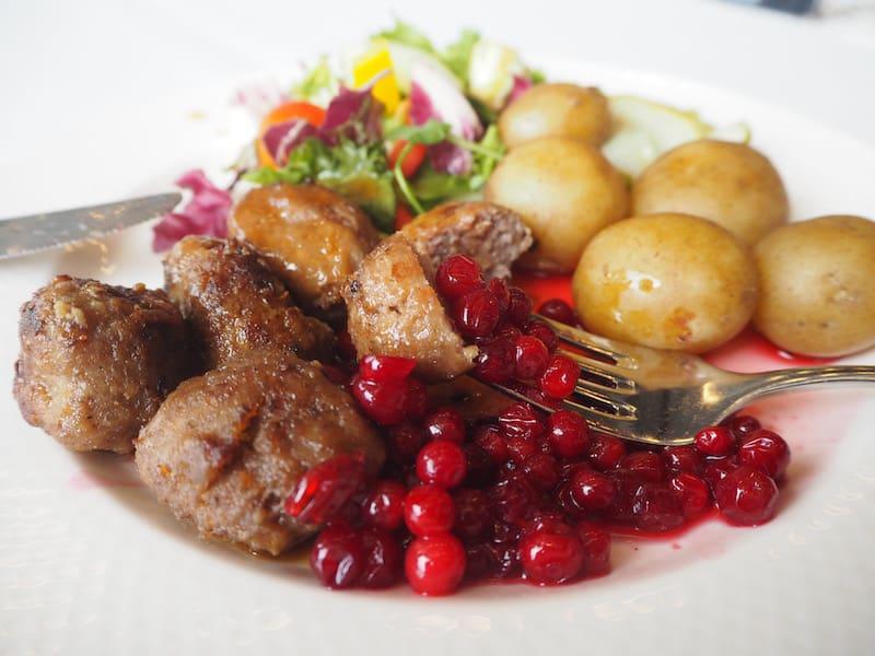... geliebtes Schweden, Du siehst uns wieder - schon alleine aufgrund Deiner köstlichen Köttbullar mit original Preiselbeer-Sauce und Kartoffeln. Mahlzeit!