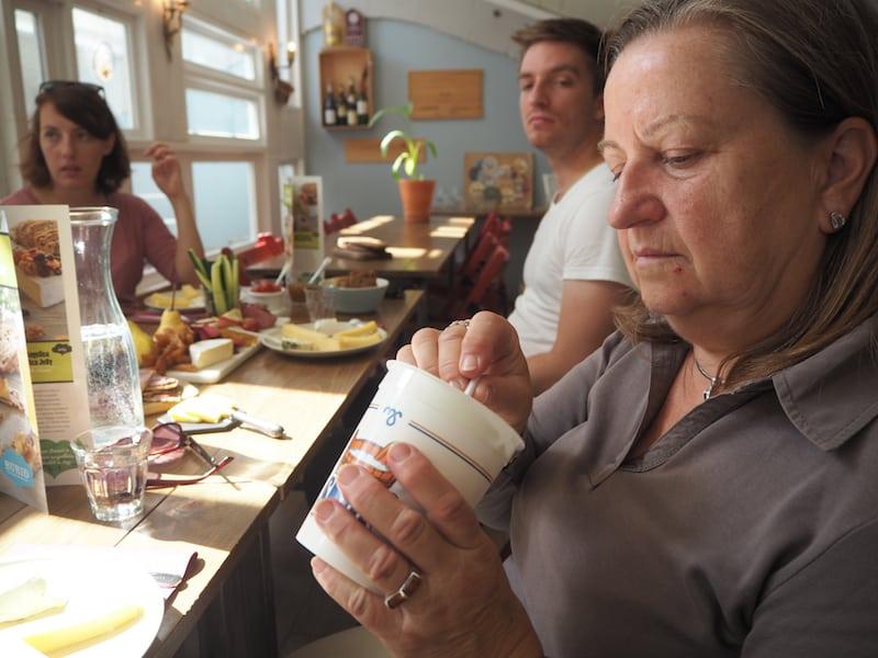 """""""In order to fix our desserts, we had to put the fat back in. Skyr is virtually fat free"""", meint Eirny lächelnd und erklärt das berühmteste Milchprodukt Islands: SKYR."""