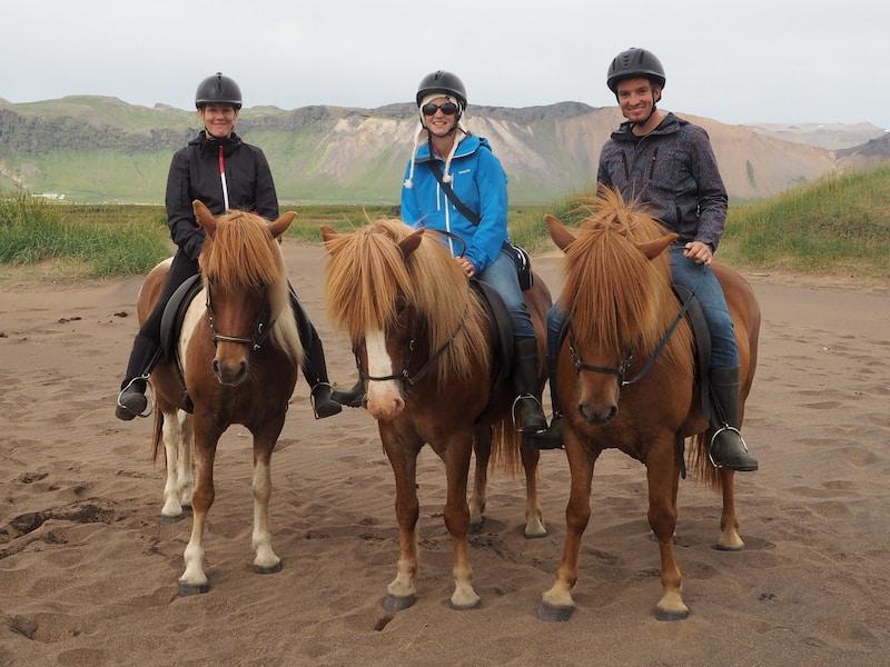 Jacken gegen den Wind: Ein zimmerwährendes Muss auf Island. Unter meinem Reithelm seht Ihr übrigens auch eine wärmende Schaffell-Mütze, die mir neu gekauft, ebenfalls fantastische Dienste geleistet hat!