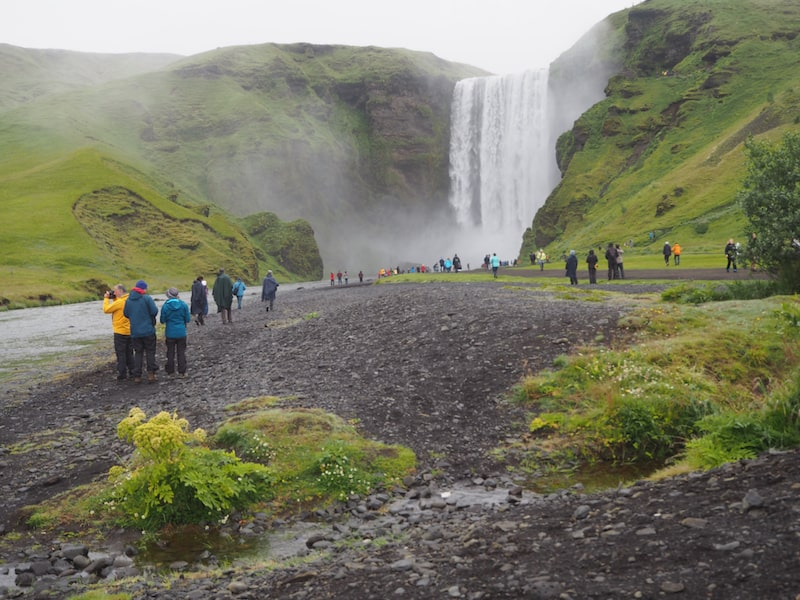 Hin und wieder kommen eben ein paar mehr Leute zusammen, wie hier am berühmten Skógafoss im Süden Islands ...