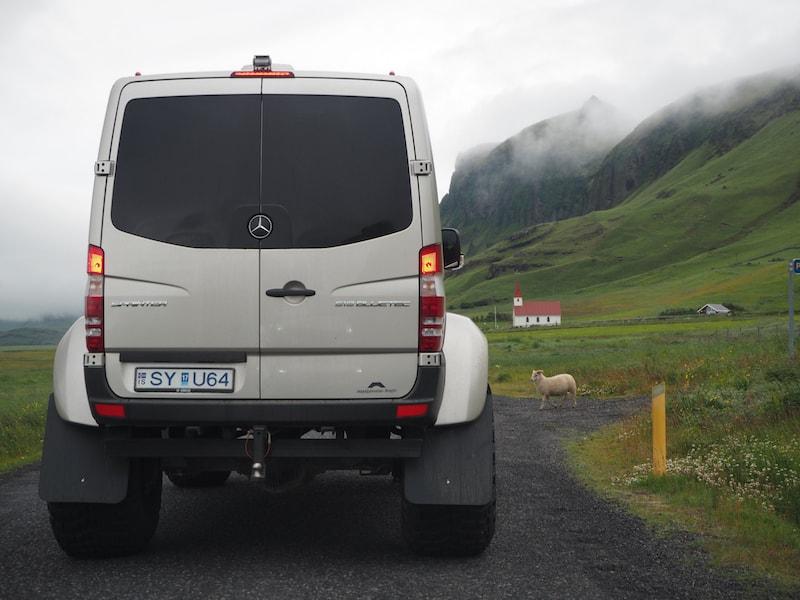 Wie gesagt: Es muss sich ja nicht gleich das dickste Gefährt auf Islands Straßen sein (das übrigens wie jeder andere, naturgemäß auch für Schafe hält ..!)