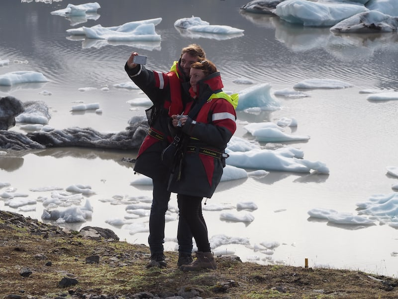 Und manchmal, da kommt es vor, dass man dann ganz viel anhat, wie beim Selfie vor der Gletscher-Lagunen-Bootsfahrt ...