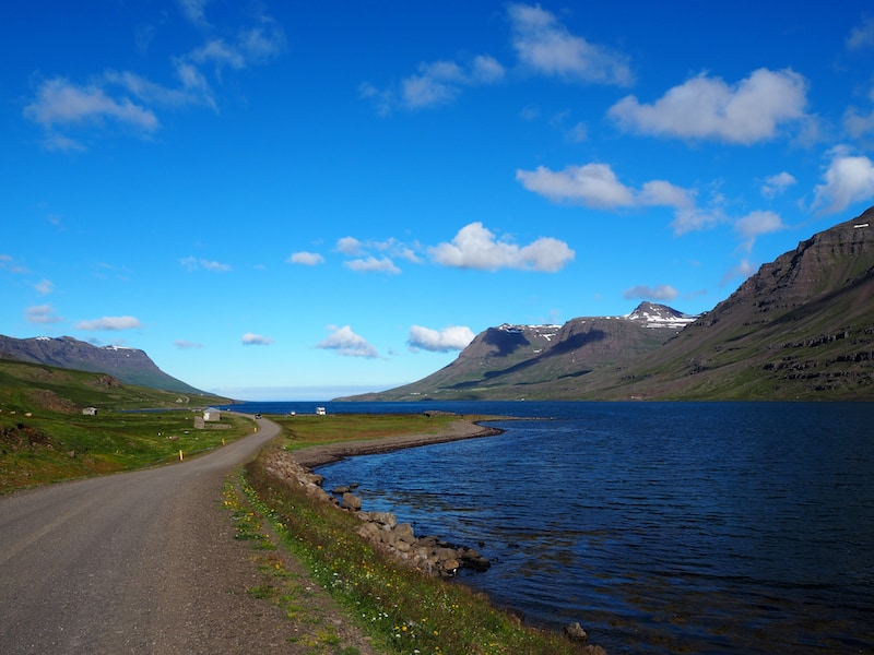 Eines meiner Island-Highlights insgesamt: Die Fahrt entlang des mächtigen Seydisfjördur ganz im Osten der Insel Island, nur gut 20 Minuten von der Ring Road nahe der zweitgrößten Stadt Egilsstadir entfernt.