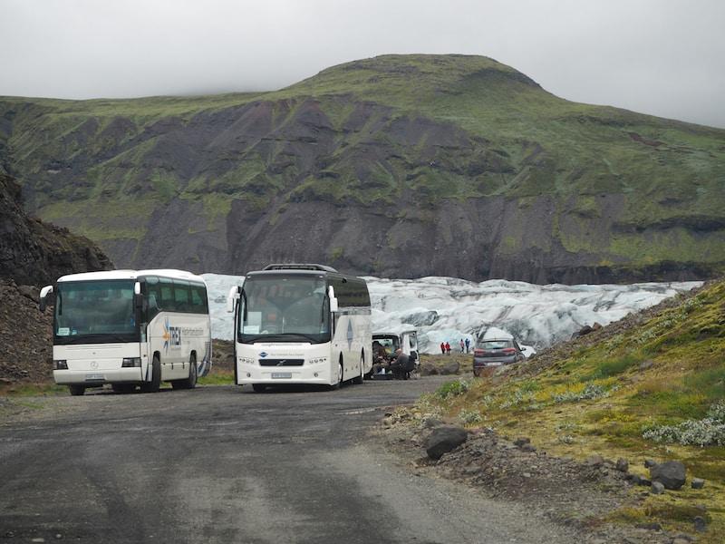 Massentourismus in Island: Zwei Busse nehmen auf einmal Kurs auf einen kleinen Gletscherparkplatz.!