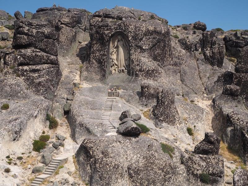 """... ist eine der geologisch ältesten Regionen Europas, deren Granitblöcke bis zu 500 Millionen Jahre alt sein können (ganz ähnlich wie """"unsere Wackelsteine"""" im niederösterreichen Waldviertel übrigens!)."""