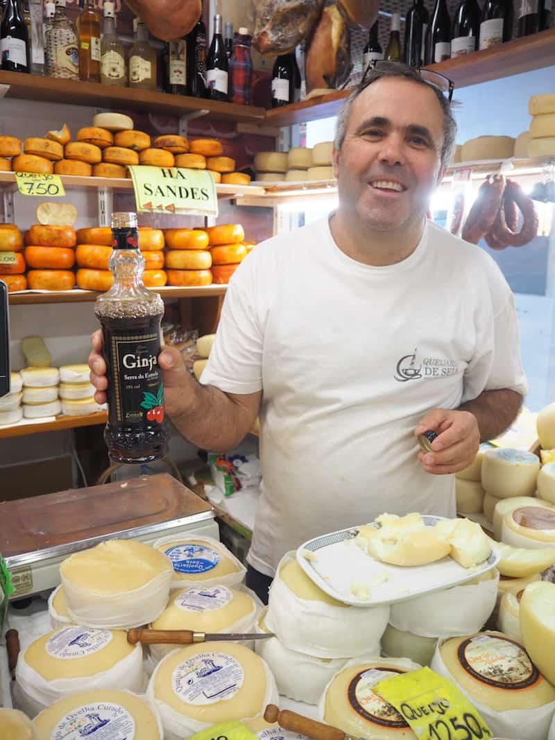 ... auch ganz, ganz köstlichen Serra da Estrela-Schafskäse vor, den uns José hier bereitwillig aufschneidet.