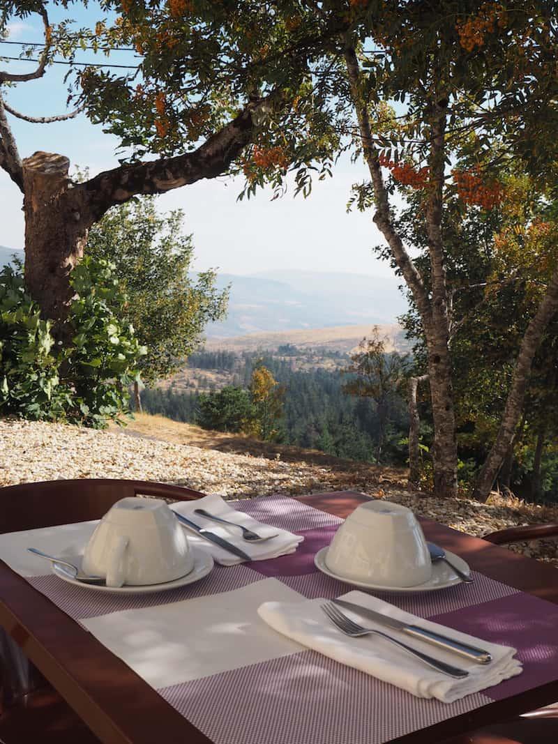 """... das """"andere Portugal"""" ruft: Hier beim Frühstückstisch in absolut märchenhafter Stille der ringsum liegenden Serra da Estrela-Berge."""