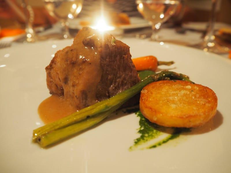 ... der herrliche Kreationen zaubert, wie dieses ungemein zarte Schweinssteak mit Gemüse & Röstkartoffeln.