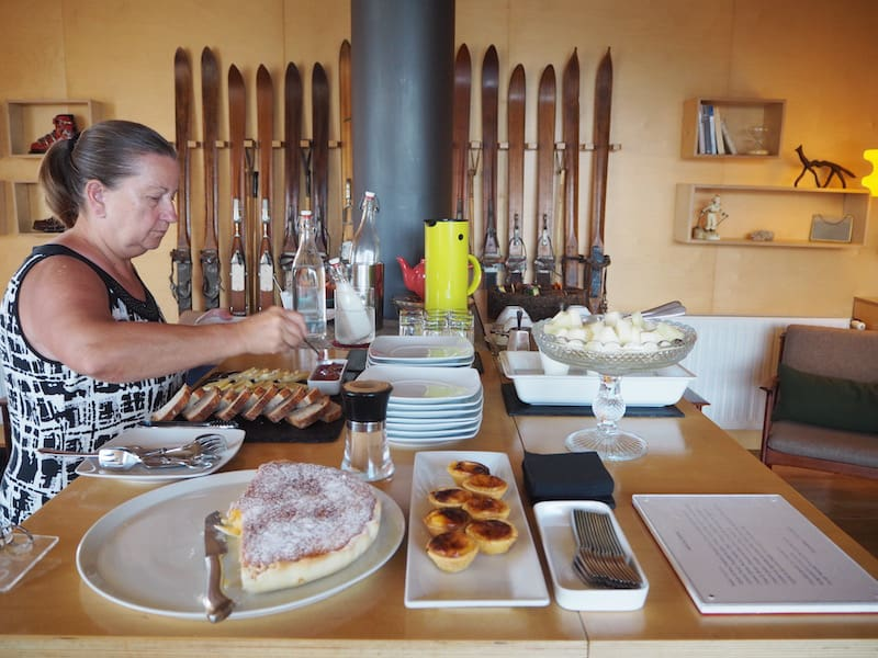 Verhungern muss hier wahrlich niemand: Kulinarisch köstlich geht es auch bei der Nachmittags-Jause im (Ski?)Aufenthaltsraum der Casa das Penhas Douradas zu ...