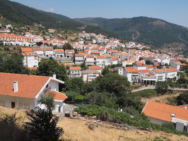 ... direkt über der Kleinstadt Manteigas mit ihren typisch weiß-roten Häusern gelegen.