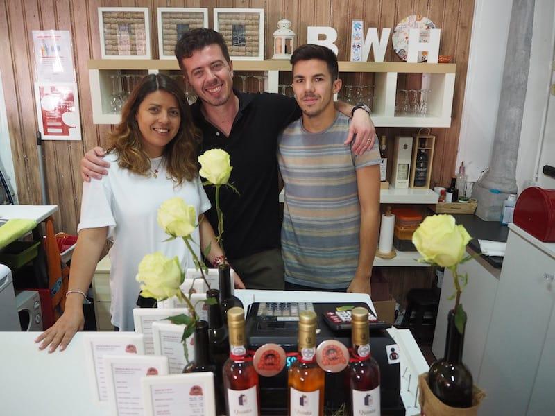 ... sondern auch das charmante Duo Hugo & Catarina vom Bolhão Wine House vor, die uns Sardinen, Brot, Olivenöl, kleine Törtchen sowie köstlichen Moscatel kredenzen.