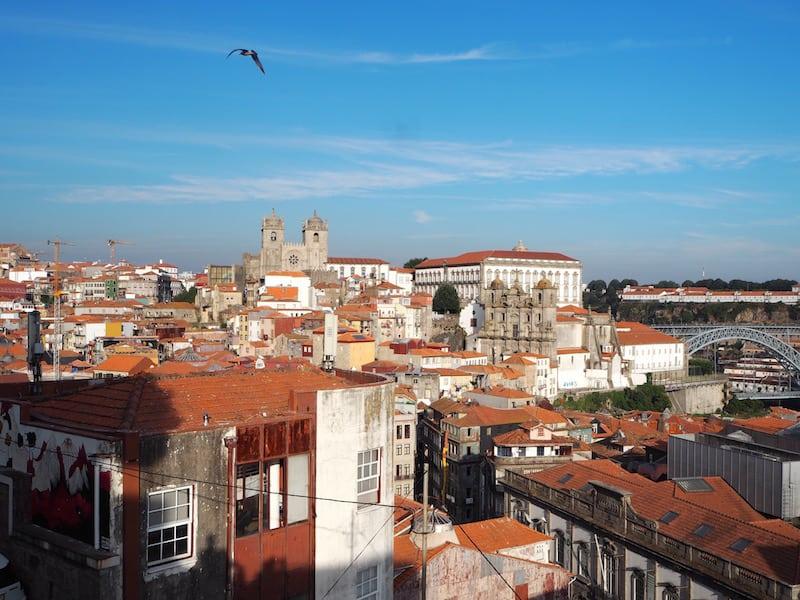 ... und führt uns erneut zu einem meiner Lieblings-Aussichtsplätze über die Stadt Porto: Den Miradouro da Vitória, dessen Aussicht mich übrigens schon einmal soweit inspiriert hat, die Stadtansicht Portos von hier aus zu malen. *seufz* ... Porto!