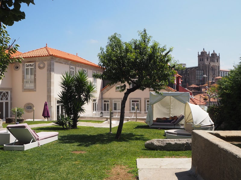 Als Nächtigungstipp kann ich Euch das traumhaft schöne Flores Village Hotel & Spa mitten in der Altstadt (A Rua Das Flores) nennen, das neben einem eigenen Spa & traumhaft schönen Zimmern auch diesen wundervollen Gartenzugang bietet.