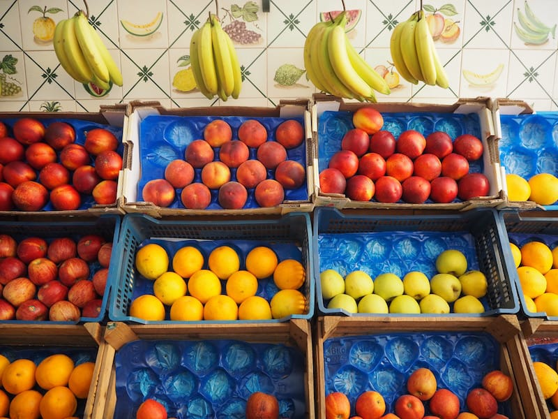 ... laben uns an Farben & Formen eines der ältesten Gemüse- & Obstläden der Stadt ...