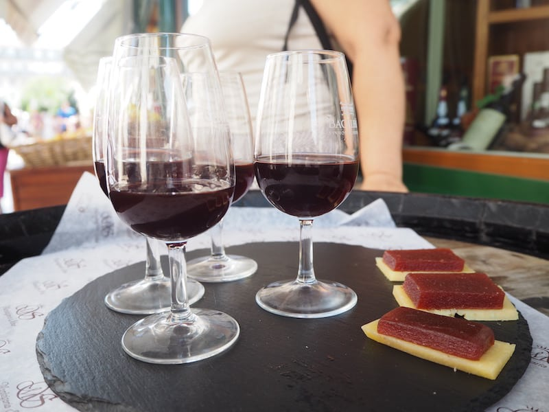 ... und beenden die Tour (wie könnte es anders sein) mit einem Gläschen Portwein, köstlich-würzigem Käse sowie einer saftigen Scheibe Quittengelee dazu. Herrlich, wie dieses Trio unter der Sommersonne Lissabon mundet & duftet !!