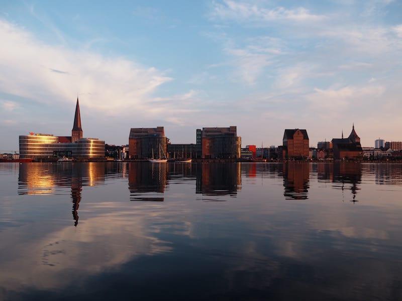 """... dessen """"Strapazen"""" sind dann auch mächtig lohnen: Ungewohnt schöner Blick auf die abendliche Skyline von Rostock ..."""