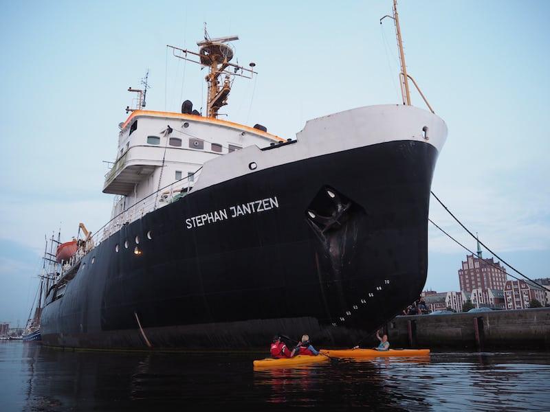 """... mit Highlights wie der """"Tuchfühlung"""" mit dem großen Eisbrecher-Schiff, das hier im Hafen vor Anker liegt."""
