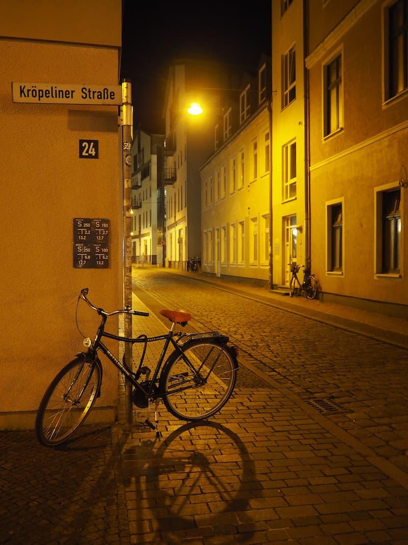 Ganz begeistert ob der jüngsten abendlichen Erkundung von Rostock ziehe ich meine Runde durch die Altstadt ...