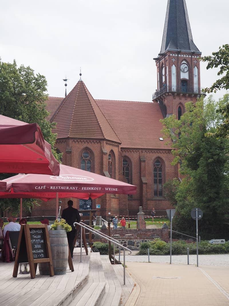 ... sowie im Restaurant ... direkt an der Kirche bzw. Hauptstraße von Wustrow ...