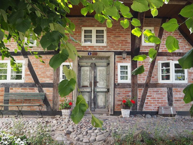 ... öffnet sich für Kleinod-Suchende wie wir: Wunderschöne Häuser gibt es hier in Wustrow zu bestaunen ...