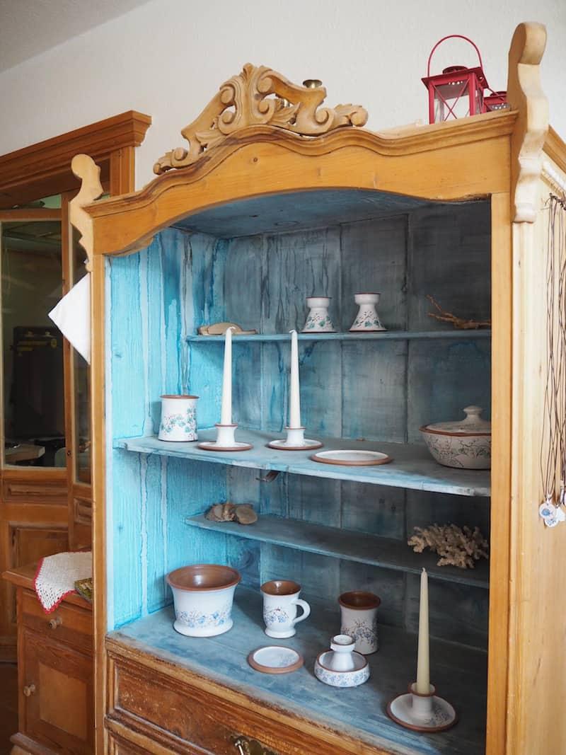 ... Kreativwerkstätten umfunktioniert worden sind, wie beispielsweise hier das Keramik-Atelier inmitten der Künstlerkolonie von Ahrenshoop.