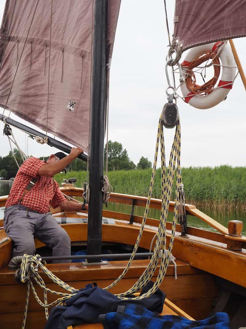 """F(r)isch gestärkt, geht's auf zum Zeestbootfahren mit dieser alten """"Blondine"""" hier, einem ehemaligen Bodden-Fischerboot ..."""