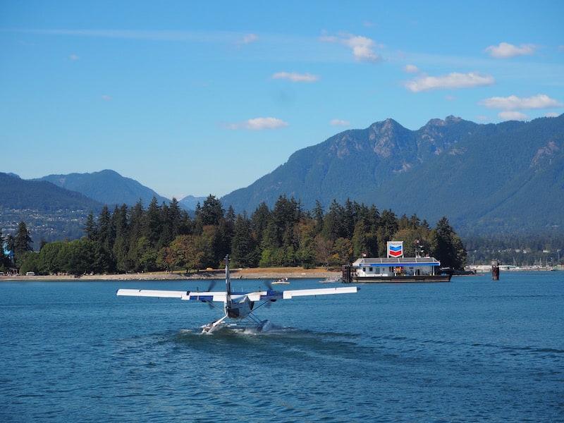 """... von dem aus die flotten kleinen """"Float Planes"""" (Wasserflugzeuge) ein reges Geschäft auf die zahlreichen Inseln rund um Vancouver machen: Nicht weniger als 55 solcher Kleinflugzeuge steuern selbige regelmäßig an!"""