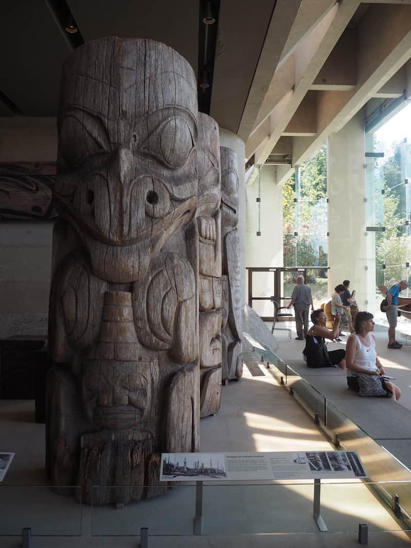 """... sowie das Anthropologie-Museum, beide auf demselben Campus errichtet und uns Besuchern einiges über die """"First Nations"""" der Pazifikküste von British Columbia erklärend ..."""