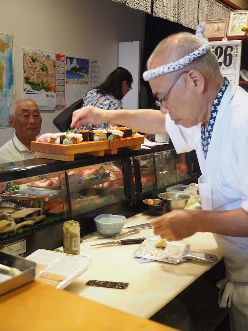 """... denn hier könnt Ihr dem Küchenchef mächtig auf die Finger sehen, wie er jedes einzelne Sushi mit viel Geschmack und Hingabe """"zaubert"""" ..."""