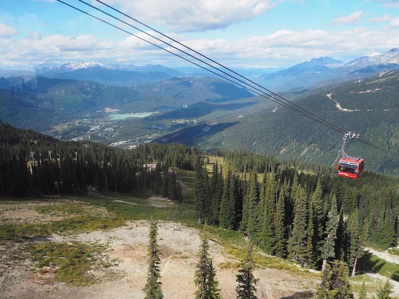 """... mit seiner jüngsten Attraktion, der sogenannten """"Peak to Peak Gondola"""" die zwei Bergstationen über ein knapp ein Kilometer breites Tal miteinander verbindet ..."""