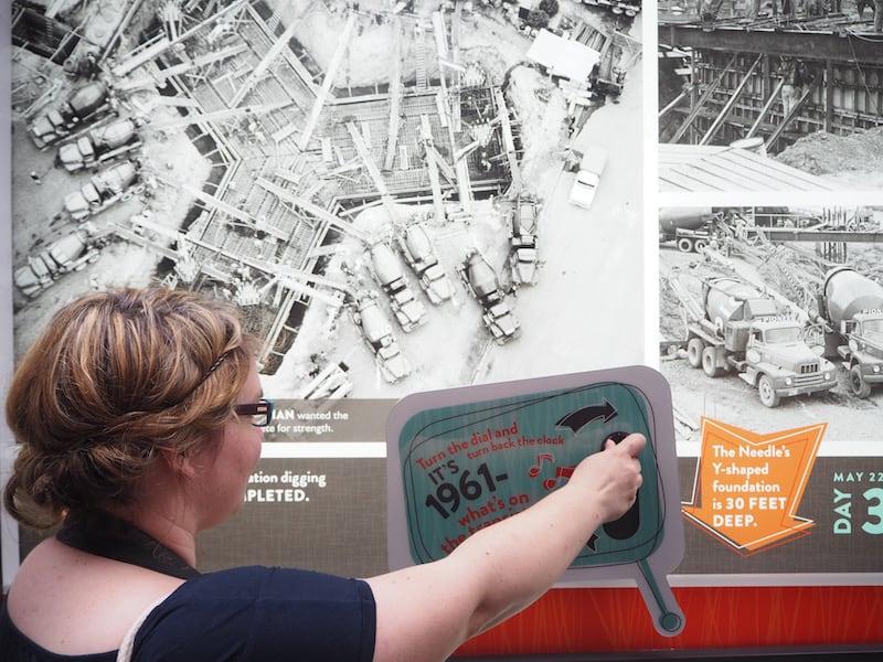 Seattle's Space Needle bietet eine spannende und lehrreiche Ausstellung zu der technischen Meisterleistung seiner Errichtung vor über 100 Jahren ...