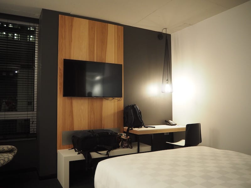 ... a hotel whose rooms are modern & comfortable ...