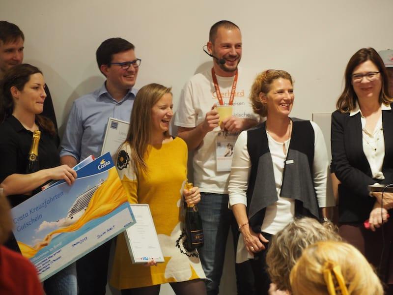 Gratuliere auch der lieben Gewinnerin, Kollegin Theresa Steinkellner von www.TravelWoman.at (ganz links im Bild mit ihrem Hauptgewinn - einer Kreuzfahrt von Costa!) ...