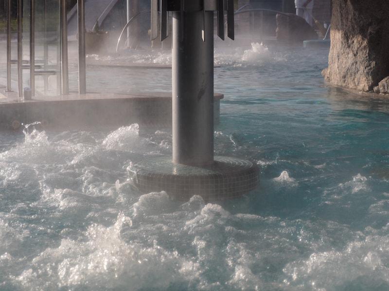 ... dessen natürliche Heilwasservorkommen heute in zahlreichen Bädern, Kuranstalten und Wellness-Hotels, wie hier dem NaturMed Hotel Carbona, Anwendung finden ...