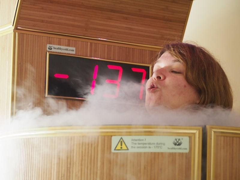 """... dazu passend gibt es Wellness-Angebote wie das der """"Kryo-Sauna"""", bei der meine tapfere Freundin Janett in ein -170°C kaltes """"Becken"""" getaucht wird : Soll den Kreislauf beleben. Mehr dazu lest Ihr auf ihrem Reiseblog!"""