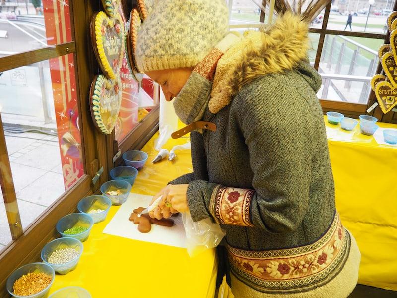 """... da musste ich mich ja fast anstecken lassen, und bei ... Lebkuchen-Werkstatt mein eigenes Rentier verzieren lernen: Genüsslich hängt es noch heute """"bei mir rum"""", um gen Weihnachten verspeist zu werden ..!"""