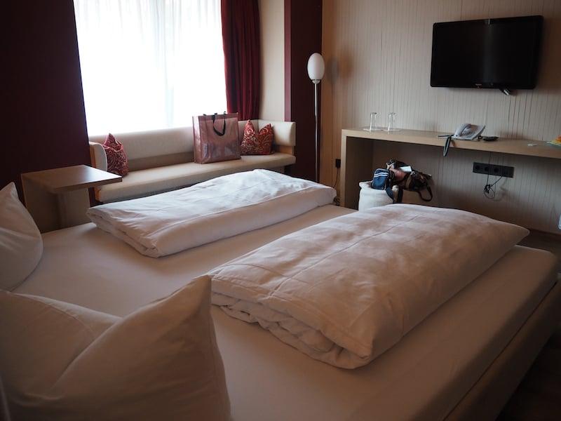 ... die Zimmer sind ebenfalls wunderschön und laden zum Kuscheln wie Entspannen ein. Herrlich (ruhig) ist es zudem hier schlafen.