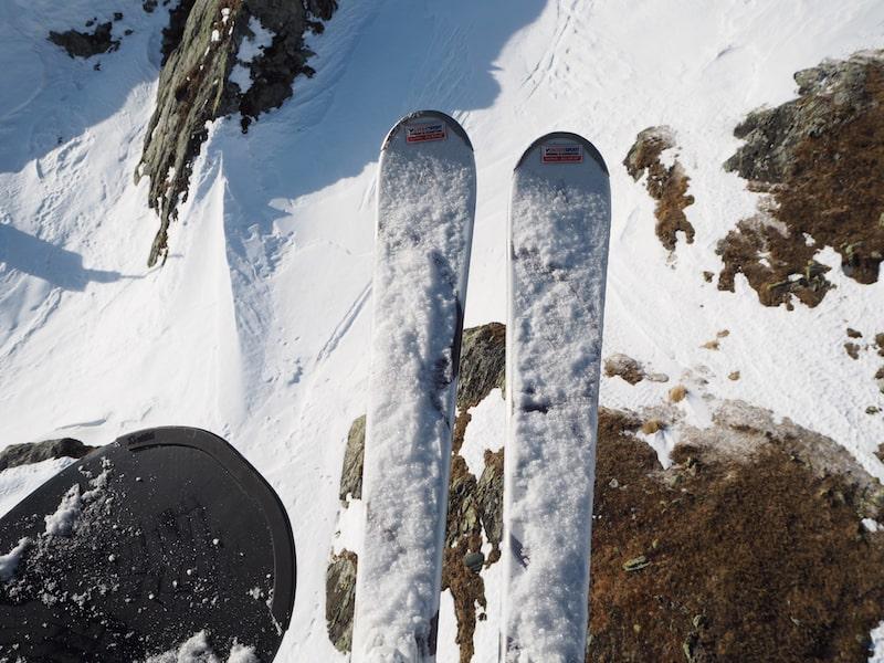 ... stellt mein Blick nach unten halb entsetzt, halb erwartungsvoll fest: Die beiden Ski gehören mir. Das Board Wolfgang. Aaaah! Was habe ich getan?