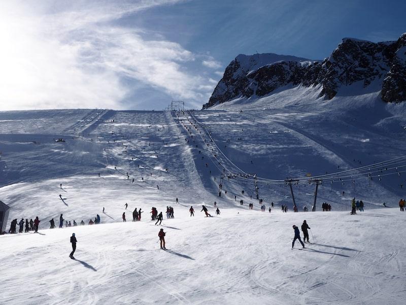 ... sowie das herrliche Pistenpanorama des Kitzsteinhorn auf knapp 3.000 Meter Seehöhe ...