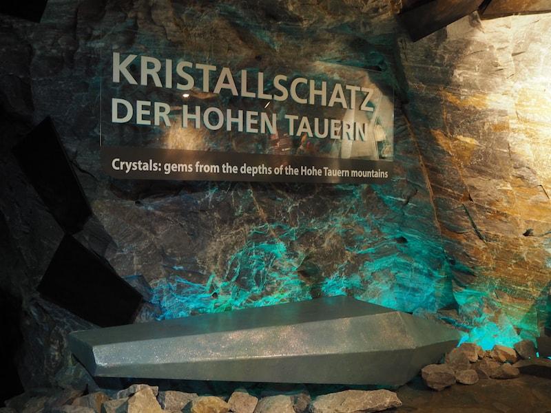 """Durch den Berg bahnt sich der rund 350 Meter lange Stollengang den Weg entlang des """"Kristallschatz der Hohen Tauern"""", ein interessantes Bergmuseum ..."""