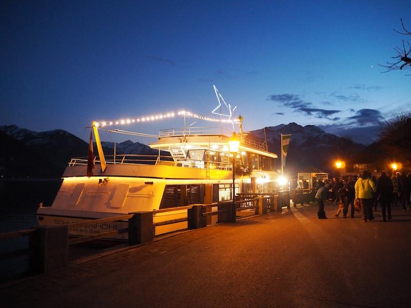 """Die Ablegestelle des wunderschön erleuchteten """"Sternen-Schiffes"""" auf dem Zeller See ist leicht zu finden ..."""