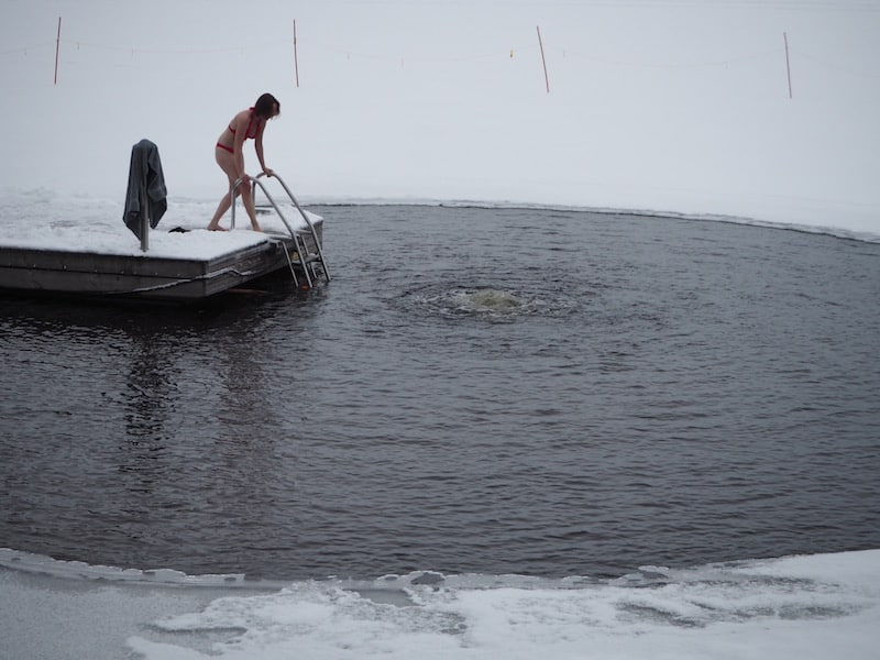 ... opening up the view of what's recommended after each sauna session: A dip in the adjacent ice hole in the lake ..!