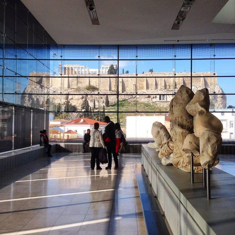 Natürlich führt kein Weg an der berühmten Akropolis von Athen vorbei: Blick auf das wohl berühmteste Baudenkmal Griechenlands aus dem 2009 neu eröffneten Akropolis Museum aus.