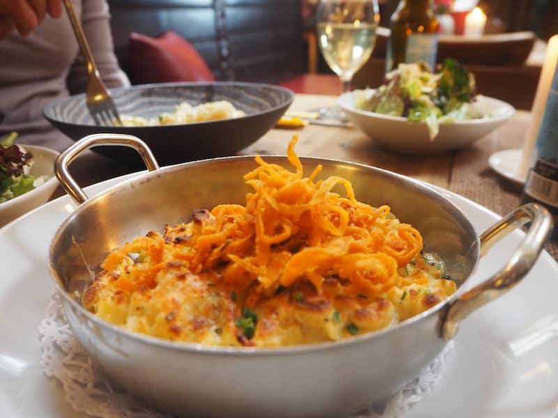 Regionalgenuss vom Feinsten: Den Besuch von Salzburg beginnt man am besten mit einer urigen Kässpätzle-Pfanne ...