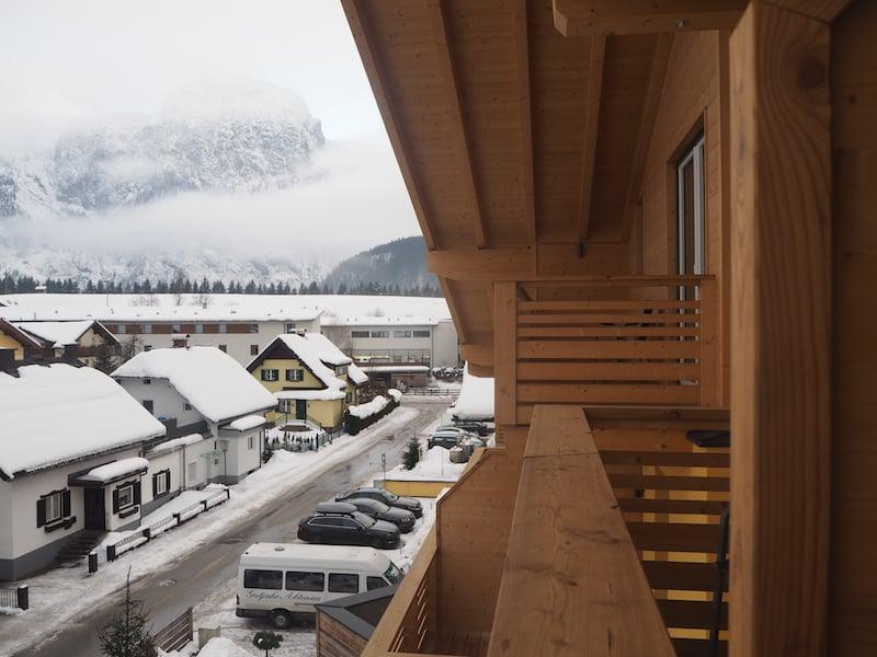 Wenig später schon grüßt uns die Aussicht vom Balkon des Umweltzeichen-Hotel Gutjahr ...